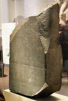 La piedra de Rosetta hallada en 1799 en Egipto. Contiene tres escrituras distintas: el texto superior en jeroglíficos egipcios, la parte intermedia en escritura demótica y la inferior en griego antiguo. Esto facilitó la clave para el entendimiento moderno de los jeroglíficos egipcios. Fue descifrada finalmente en 1822 por Jean-François Champollion. Actualmente se encuentra en el Museo Británico.