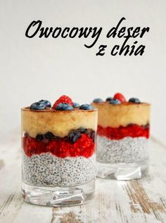 Pyszny, zdrowy owocowy deser z puddingiem chia. Bez dodatku cukru, nie licząc tego z owoców ;) Świetna propozycja na śniadanie bądź wiec... Mini Dessert Recipes, Sugar Free Desserts, Köstliche Desserts, Raw Food Recipes, Sweet Recipes, Delicious Desserts, Food Design, Food Porn, Good Food