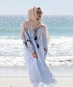 The hijab doesn't stop women from enjoying the beach! Hijab Casual, Hijab Outfit, Hijab Chic, Islamic Fashion, Muslim Fashion, Modest Fashion, Girl Fashion, Hijab Fashion Summer, Abaya Fashion
