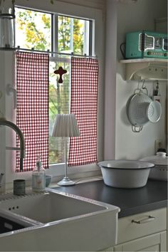 ~ Farm sink and simple gingham curtains.                                                                                                                                                                                 Mehr