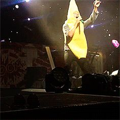 Harry in a banana costume. you are what you eat. Harry Styles 2012, Harry Styles Live, Harry Edward Styles, One Direction, Shake Your Money Maker, Banana Costume, American Airlines Center, The Janoskians, Where We Are Tour