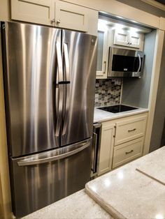 In our fifth wheels we offer residential appliances. This includes fridge, stove, oven and microwave to continue the at home environment. Fifth Wheel Living, Luxury Fifth Wheel, Luxury Rv, Stove Oven, Rv Living, French Door Refrigerator, Microwave, Wheels, Environment