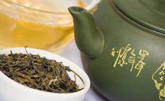Grüner Tee wirkt auf Mundschleimhäute  Eine im Fachblatt Cancer Prevention Research veröffentlichte Studie zeigte, dass es bei Menschen mit präkarzinogenen oralen Läsionen (Schädigung der Mundschleimhaut im Krebs-Vorstadium) gelang, den Verlauf der Erkrankung zu verlangsamen, indem sie einen sehr wirksamen Extrakt aus Grünem Tee eingenommen haben. Noch erstaunlicher: Die Extrakte schafften es sogar, die Läsionen bei einigen Teilnehmern der Studie komplett verschwinden zu lassen.