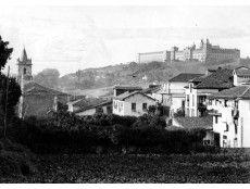 VISTA PARCIAL DEL PUEBLO DE COMILLAS, DONDE SE APRECIA LA IGLESIA Y LA UNIVERSIDAD PONTIFICIA (CANTABRIA)