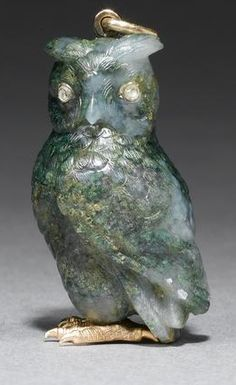 A Fabergé moss agate and gold owl pendant, workmaster Henrik Wigström, St. Petersburg, 1899-1908, the owl finely carved from moss agate, with rose-cut diamond eyes and chased gold feet.