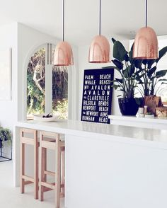 Inspiração 1/3 |cozinha| #retailtips #scandinaviandesign #scandinavian #escandinavo #escandinavia #inspiration #inspiracao #inspiracion #decor #decoracao #decoration #decoracion #kitchen #scandinaviankitchen #cozinha #luminaria #rosegold