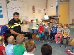 Daltonschool de Klimop | groep 1 heeft bezoek gehad van een echte politieagent om over het verkeer te praten.