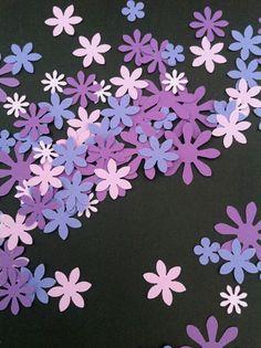 LILLA BLOMSTERKONFETTI Blomster i skønne lilla farver til borddækningen. Lilla blomster som bordpynt. www.jannielehmann.dk
