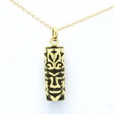 Pendentif Tiki grand modèle tortue en or jaune 18 carats et Corail noir.