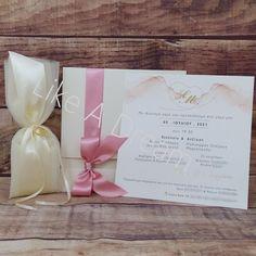 Μπομπονιέρα γάμου τούλινη με 3 φύλλα γαλλικό τούλι ιβουάρ με αντικείμενο σε χρώμα χρυσό διπλές βέρες, με 7 κουφέτα κλασικά αμυγδάλου. Το κόστος της εκτύπωσης είναι 30€ και προστίθεται στο γενικό σύνολο για μία φορά. Το κόστος της χρυσοτυπίας για τα ονόματα είναι 60€. Το δέσιμο και η κορδέλα συμπεριλαμβάνονται στην τιμή.