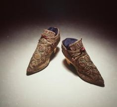 H4448-7 Laced shoes, pair, womens, embroidered linen / leather / silk / silver, and labels, paper, maker unknown, England, c. [1710] - Powerhouse Museum Collection