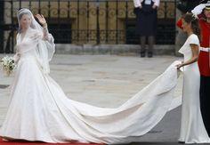 Kate, duchesse de Cambridge.  voile court, très près du visage, en tulle de soie ivoire brodé de fleurs par les dentellières de la Royal School of Needlework