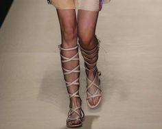 Scarpe, la moda dell'estate 2015: le top 80 dalle passerelle Sandali alla schiava o ultrapiatti, stivali hippie, scarpe che diventano calze: tutti i must per la bella stagione