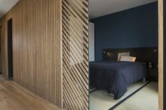 mur et porte coulissante en claustra, tasseaux de bois sur châssis métal, avec des jeu de symétrie
