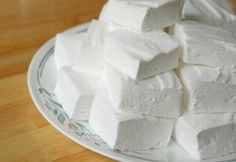 HOMEMADE MARSHMALLOW (Dessert recipes, Recipes low calorie ) Low-calorie dessert that contains only 80 calories per 100 g, easy to cook by yourself. Besides that this sweetness will not harm the figure, it is also insanely delicious! How To Make Marshmallows, Recipes With Marshmallows, Homemade Marshmallows, Homemade Desserts, Comida Kosher, Marshmallow Test, Good Food, Yummy Food, Macaron