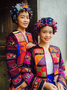 The Flower Lolo are an elaborately decorated ethnic minority people of Meo Vac, Vietnam. Their traditional textile cultural costume has 4000 sewn triangles. Costume Tribal, Folk Costume, Costumes, Tribal Fashion, Diy Fashion, Ankara Fashion, Africa Fashion, Colorful Fashion, Tribal Mode