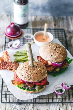 Der weltbeste Black Bean Burger mit köstlicher Burgersauce und veganem Bacon