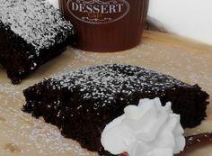 """Busy Day Chocolate Cake, una Torta al cioccolato caratterizzata dal gusto intenso del cioccolato, soffice come una nuvola e soprattutto senza burro, latte e uova.La """"Busy Day Chocolate Cake"""" è di Martha Stewart, tratta dal libro Everyday Food, una Torta al cioccolato da preparare in un qualsiasi giorno fitto di impegni. Ideale per una coccola golosa, per una ricca colazione o una merenda golosa. Gustata con uno strato sottile di zucchero a velo, meglio se accompagnata a della panna montata…"""