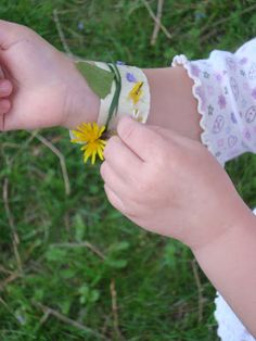 Nature Bracelet by mayamade: Perfect for a nature walk to collect treasures as you go and chat about what you find.  #Kids #Discovery #Nature #Crafts #Bracelet