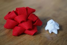 Make your own felt gift bows with this easy-to-follow tutorial.