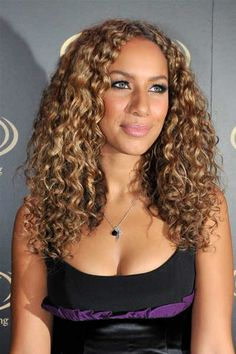 Caramel and golden blonde highlights on dark brown hair light curly Layered Curly Hair, Thick Curly Hair, Curly Hair Care, Curly Hair Styles, Straight Hair, Deep Curly, Curly Girl, Permed Hairstyles, Cool Hairstyles
