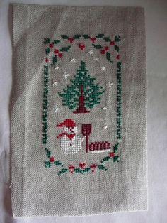 BRODERIE réalisée au Point de croix compté ( thème NOEL, sapin, bonhomme de neige) : Accessoires de maison par redfloss
