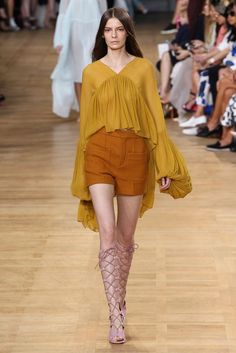 Catwalk photos and all the looks from Chloe Spring/Summer 2015 Ready-To-Wear Paris Fashion Week Fashion Week Paris, 70s Fashion, Spring Fashion, High Fashion, Fashion Show, Fashion Design, Fashion Trends, Fashion Outfits, Chloe