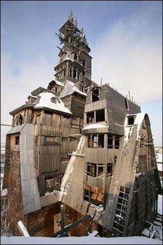 """3. Nhà Sutyagin, Nga Sutyagin là ngôi nhà gỗ được một ông chủ người Nga xây dựng từ năm 1992 và được hoàn thiện sau 15 năm. Ngôi nhà chỉ có hai tầng nhưng phần mái thì kéo thêm 11-15 tầng nữa. Nó lập kỷ lục ngôi nhà gỗ cao nhất nước Nga và thậm chí là nhất thế giới. Năm 2008, ngôi nhà bị cháy và bị chính quyền địa phương """"cắt ngọn"""" một phần. Cấu trúc 4 tầng còn lại cũng bị thiêu rụi vào tháng 5/2012."""