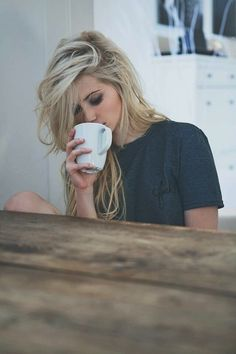this axis blond hair color. Messy Hairstyles, Pretty Hairstyles, Glasses Hairstyles, Latest Hairstyles, Hair Day, New Hair, Hair Blond, Cool Blonde, Pastel Blonde