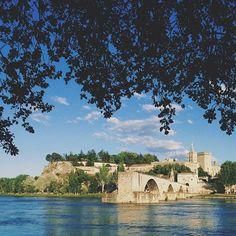Sur le pont d'Avignon.  L'on y danse.  L'on y danse. Sur le pont d'Avignon. L'on y dsnse, tout en rond.