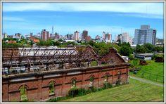 Antiguo galpón del ferrocarril y los nuevos edificios de la ciudad.