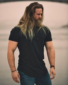 This long hairstyle with blonde highlights and a great beard results in a very masculine look Hair And Beard Styles, Long Hair Styles, Long Hair Beard, Boys Long Hairstyles, Great Beards, Muscular Men, Blonde Highlights, Attractive Men, Bearded Men