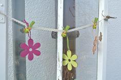 altes Fenster mit Frühlingsdekoration