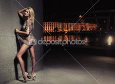 Beleza jovem loira sexy posando sobre fundo de noite cidade — Imagem de Stock #4579177