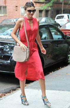 ミランダ・カーはサマードレスでヴィヴィッドなカラーを纏って
