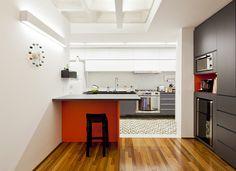 Decoração de: Cozinha integrada; piso de ladrilho hidráulico; Casa de Valentina