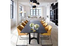 10 ideas para un comedor actual  Un comedor que es un sueño: la larguísima mesa negra se acompañó con unas originales sillas de líneas geométricas en color ocre y negro. Foto:Bloglovin.com