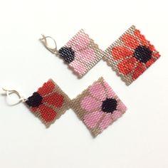 Boucles d'oreille miyuki beige à fleurs roses et rouges Brick Stitch Earrings, Seed Bead Earrings, Crochet Earrings, Peyote Patterns, Beading Patterns, Bead Jewellery, Beaded Jewelry, Seed Bead Projects, Art Perle