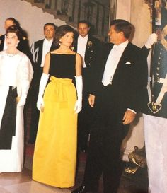 we celebrate the past to awaken the future : September President Kennedy and First Lady Jacqueline Kennedy hosting a state dinner at the White House for the Peruvian President and his wife. Estilo Jackie Kennedy, Mrs Kennedy, Caroline Kennedy, Jacqueline Kennedy Onassis, Lou Fashion, London Fashion, Star Fashion, Jackie Oh, Iconic Dresses