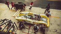 Encore une superbe série d'images signées Laurent Nivalle ! Cette fois-ci le talentueux photographe s'est rendu � la dernière édition du Mans Classic pour immortaliser les bolides, leurs pilotes et mécaniciens dans la pitlane. La série complète est visible sur son