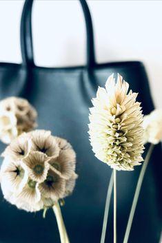 Schwarze Handtasche aus hochwertigem, vollnarbigen und pflanzlich gegerbtem Rindsleder. Rind, Dandelion, Flowers, Bags, Handmade, Handbags, Leather, Dandelions, Dime Bags