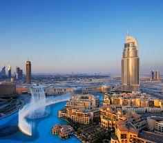 Fontes mais espetaculares do mundo DUBAI FOUNTAIN (DUBAI, EMIRADOS ÁRABES UNIDOS) Localizada em frente ao magnífico prédio Burj Khalifa, a Dubai Fountain é considerada a maior fonte coreografada do mundo. Iluminada por 6,6 mil luzes e 25 projetores coloridos, ela tem o comprimento de 275 metros e seus jatos d'água atingem uma altura de um prédio de 50 andares, com cerca de 152 metros.