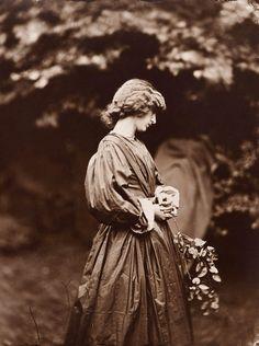 John Robert Parsons Jane Morris posant dans le jardin de la maison de Rossetti (Jane Morris posing in the garden of the house of Rossetti) summer 1865 Épreuve albuminée