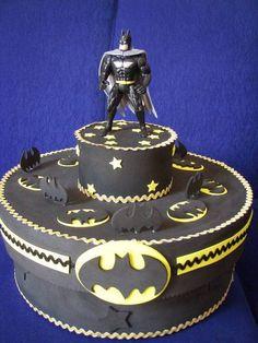 Caixa de Isopor, revestida com E.V.A. no tema batman. A caixa acomoda bolo gelado. Depois pode ser utilizada para guardar objetos R$ 77,00