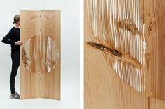 O Biombo Diptych, design Lex Pott, recebe jato de areia no círculo central até que a parte mais macia da madeira seja toda removida, formando um desenho natural que destaca os nós dessa matéria-prima. Apresentado na mostra New Window x Lex Pott