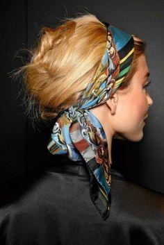 bandana frisuren   dame mit blonden haaren und hochsteckfrisur mit haartuch