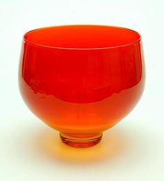 Vrijgeblazen en gevormde oranje/rood glazen Unica vaas MAC 122 LL ontwerp Floris Meydam 1975 geblazen door meesterglasblazer L.van der Linden / Glasfabriek Leerdam