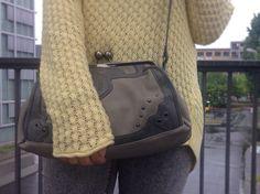 Blog de moda / Fashion blog. Jersey calado amarillo casual - complementos grises - bolso gris / Casual yellow lace sweater - grey accessories - grey bag.