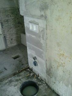 het eerste stukje wederopbouw; inbouwreservour toilet in nieuwe badkamer [06-04-2013]