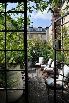 Rooftop Garden on a Parisian Terrace. Rooftop Terrace, Terrace Garden, Green Terrace, Rooftop Design, Small Terrace, Small Patio, Small Gardens, Outdoor Gardens, Rooftop Gardens